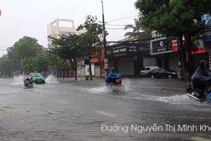 Áp thấp tiến gần bờ, dân Nghệ An bì bõm đi làm trong biển nước