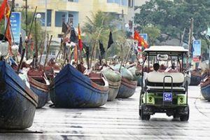 Ảnh, clip: Ngư dân Thanh Hóa kéo thuyền bè lên phố tránh bão số 3
