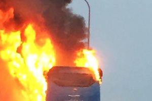 Huế: Xe khách bốc cháy dữ dội, hành khách hoảng loạn đập kính thoát thân