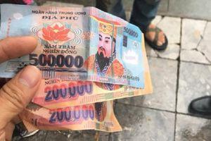 Đi xích lô bị 'chặt chém', khách Tây còn bị trả lại bằng tiền âm phủ