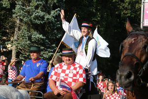 Trung vệ Croatia được rước bằng xe ngựa khi về quê