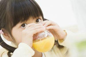 Tại sao buổi sáng không nên cho trẻ uống nước trái cây