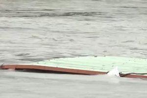 Chìm sà lan 500 tấn, ba người nhảy sông thoát nạn