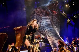 Đừng tưởng cô ấy đã quên: Taylor Swift vừa công khai 'đá xoáy' Kim Kardashian tại Reputation Tour Cleveland!