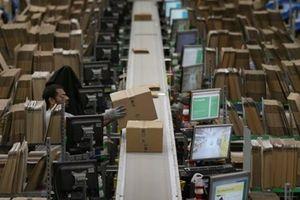 Công nhân Amazon đình công vì phải đi vệ sinh vào chai, bị giám sát như tù nhân