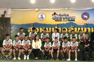 Các cầu thủ Thái Lan chơi bóng trong lần đầu xuất hiện trước công chúng