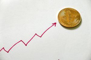 Bitcoin bất ngờ tăng giá đến 12%