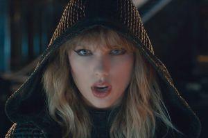 Taylor Swift diện balo rắn kỷ niệm 2 năm hóa 'rắn' đá xéo Kim Kardashian