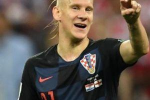 Mải ăn mừng, tuyển thủ Croatia suýt... lao đầu khỏi xe buýt