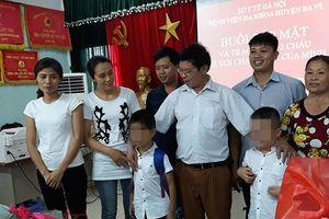 Xúc động lễ trao nhận hai trẻ bị trao nhầm tại Ba Vì