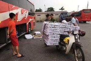Bị phát hiện chở 2.000 con gà lậu, tài xế xe khách chống đối cơ quan chức năng