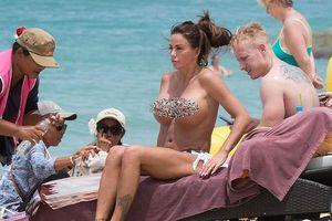 Siêu mẫu Katie Price 'thả rông' vòng một ngoại cỡ trên biển Thái Lan