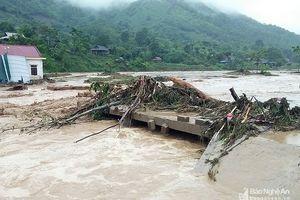Nước lũ cuốn trôi nhà cửa, chia cắt nhiều bản làng miền Tây Nghệ An