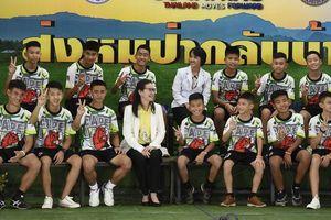 Đội bóng Thái Lan tham dự họp báo: 'Được giải cứu là điều kỳ diệu'