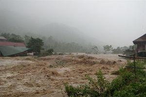 Nước lũ như thác đổ, nhiều ngôi nhà ở miền Tây xứ Nghệ bị cuốn phăng