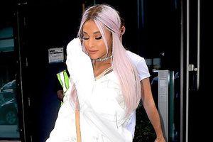 Ariana Grande xuất hiện trên phố với gu thời trang 'dị' và mái tóc tím