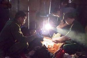 Quân y Đồn Biên phòng Keng Đu cấp cứu kịp thời người dân bị lũ cuốn trôi