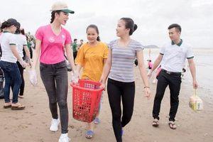 38 thí sinh Hoa hậu Việt Nam dọn sạch bờ biển sau bão Sơn Tinh
