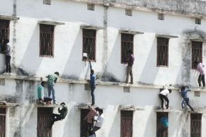 Gian lận thi cử công khai ở Ấn Độ: Phụ huynh trèo 5 tầng lầu 'ném bài' cho con