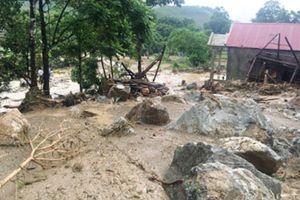 Hãi hùng những tảng đá hàng chục tấn vùi lấp 3 căn nhà