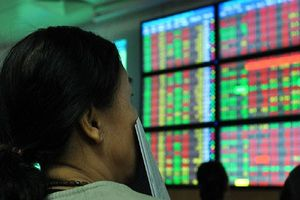 Nhiều mã vốn hóa lớn bị bán tháo, VN-Index giảm hơn 10 điểm phiên cuối tuần