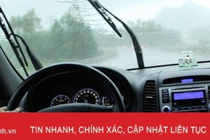 Kinh hoàng nước bắn từ xe tải trùm kín xe con giữa trời mưa bão