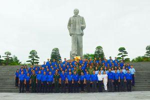 Đoàn hành trình 'Những dấu ấn vinh quang' dâng hoa tưởng niệm Chủ tịch Hồ Chí Minh