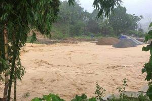 Lũ lớn cuốn trôi 3 căn nhà ở Thanh Hóa, 4 người trong một gia đình chết và mất tích