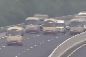 Clip 3 xe khách dàn hàng ngang, không cho xe khác vượt trên cao tốc Hà Nội - Hải Phòng