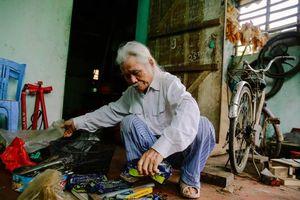 Tấm lòng thiện của vị cựu chiến binh già sửa xe miễn phí cho mọi người