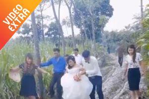 Đôi vợ chồng trẻ 'lội bùn' đi rước dâu