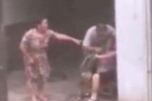 Cãi nhau với con dâu, mẹ già bị con trai ép ăn cỏ