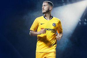 Để ngỏ tương lai, Hazard vẫn quảng cáo áo đấu cho Chelsea