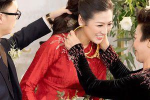 Mẹ chồng Tú Anh tươi cười trao quà cho con dâu trong lễ vu quy