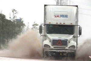 Mưa lớn gây sạt lở, giao thông các tỉnh miền Trung bị ùn tắc