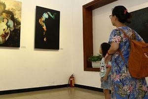 Bất chấp mưa gió, người dân Thủ đô đến thưởng lãm ảnh nude nghệ thuật
