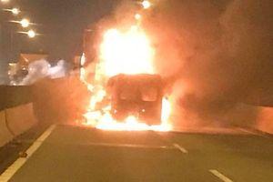 Tin tức tai nạn giao thông nóng nhất 24h: Xe khách tông container bốc cháy