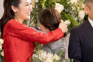Bố mẹ Á hậu Tú Anh bật khóc trong ngày cưới con gái