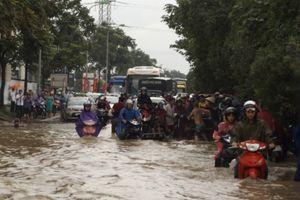 Cuối ngày, ô tô, xe máy vẫn thi 'bơi' trên đại lộ Thăng Long