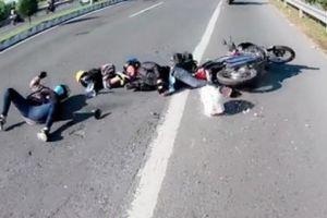 Truy tìm xe máy vượt ẩu khiến gia đình có con nhỏ ngã lăn lốc rồi bỏ chạy