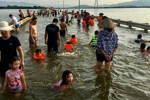 Ngoại thành Hà Nội ngập sâu, tỉnh lộ thành ... bãi tắm