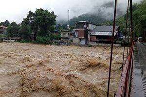 Mưa lũ hoành hành: 14 người chết, 1.500 hồ đầy nước