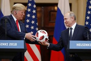 Chuyện quanh quả bóng Tổng thống Nga V.Putin và Tổng thống Mỹ Donald Trump tặng nhau