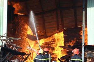 Cháy lớn tại kho đồ gỗ trên đường Trường Chinh, Tp. Hồ Chí Minh