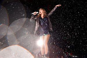 Dầm mưa hát và nhảy suốt gần 2 tiếng: hãy bảo vệ sức khỏe của mình chứ, Taylor Swift!