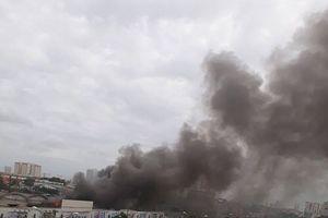 TP.HCM: Cháy lớn ở kho chứa gỗ, người dân ôm tài sản tháo chạy