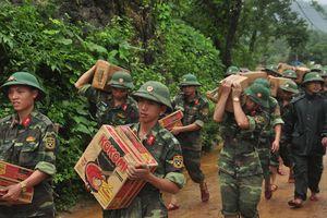 Bộ Quốc phòng xuất cấp lương khô, nhà bạt cho người dân vùng lũ Yên Bái