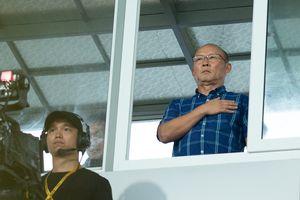 HLV Park Hang-seo trú mưa trong cabin bình luận 'xem giò' cầu thủ U23