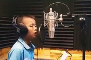 'Phát sốt' với clip cậu bé lớp 7 hát hay như Quang Lê