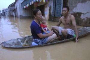Ngập lụt ở HN: Người bỏ nhà đi sơ tán, người bám thuyền sống chung với lũ